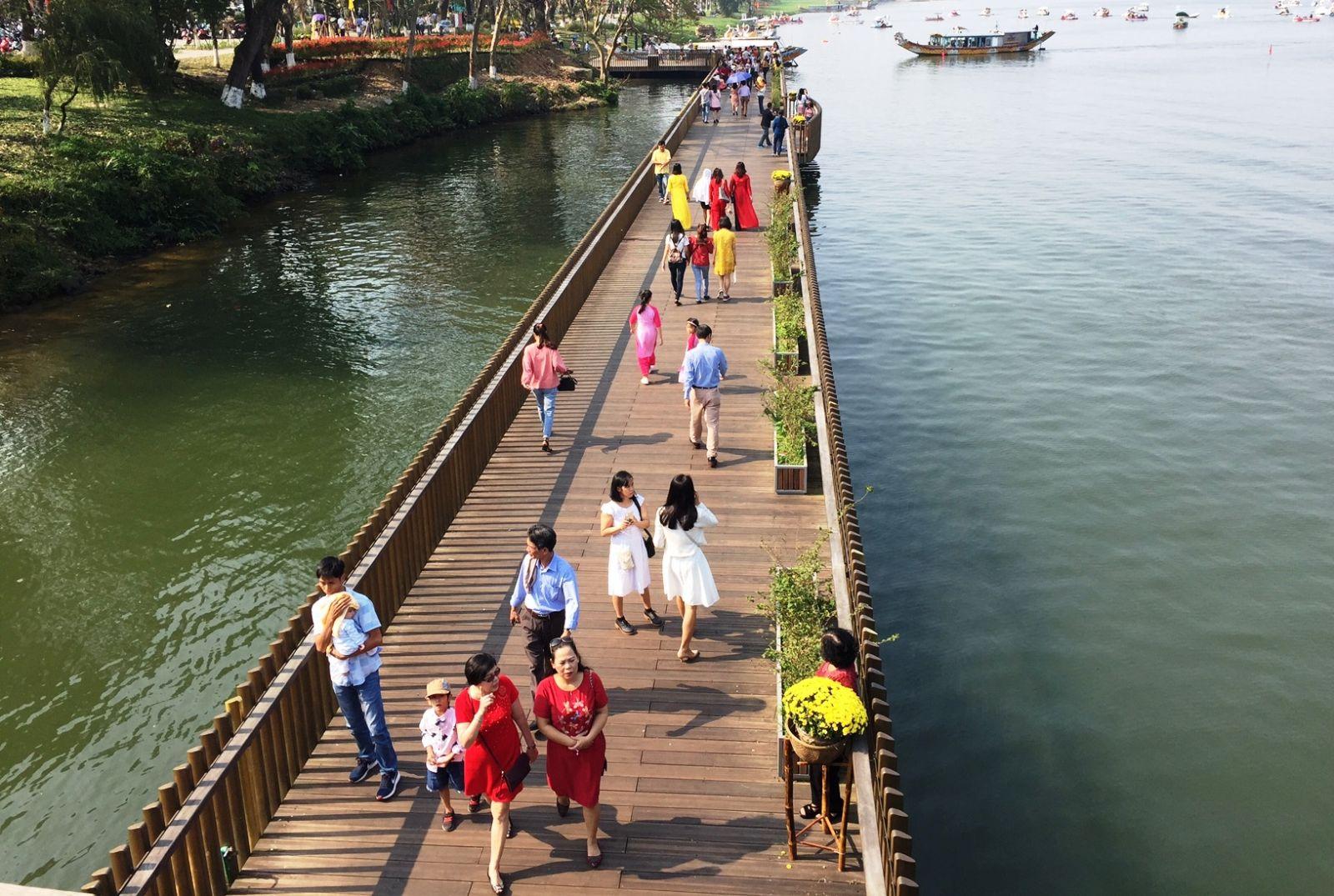 Sức hút từ cầu gỗ lim trên sông Hương