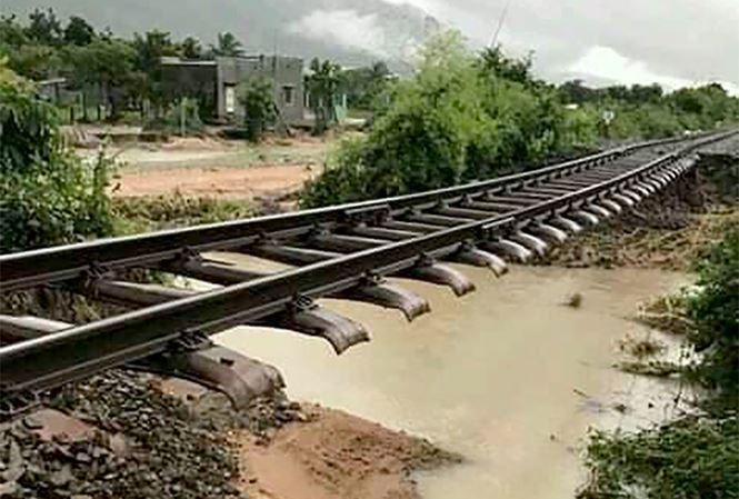 Đường sắt Bắc – Nam tê liệt do bão số 9