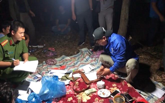 Phá sòng bạc xuyên đêm giữa rừng tràm