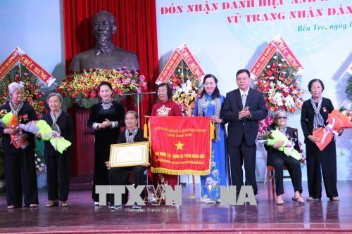 Chủ tịch Quốc hội Nguyễn Thị Kim Ngân trao danh hiệu Anh hùng LLVT nhân dân tặng Đội quân tóc dài Bến Tre