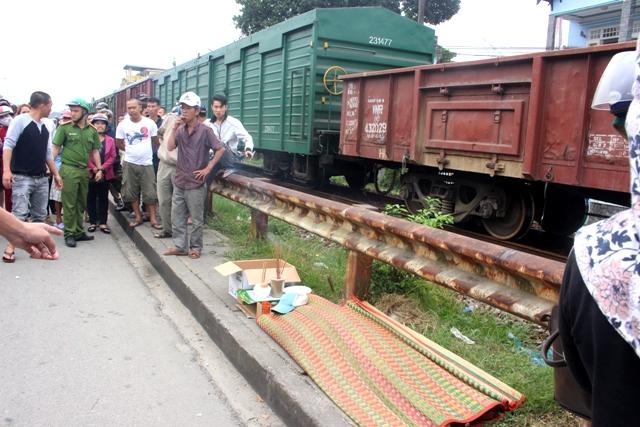 Băng qua đường sắt, người đàn ông bị tàu hàng tông tử vong