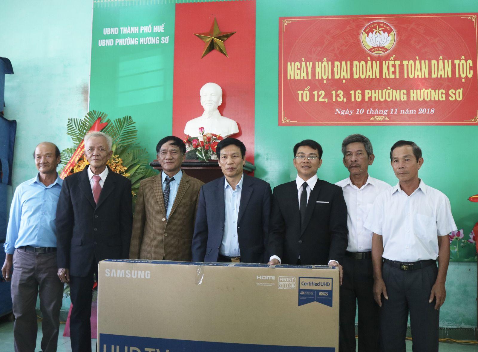 Bộ trưởng Nguyễn Ngọc Thiện dự Ngày hội Đại đoàn kết dân tộc ở phường Hương Sơ