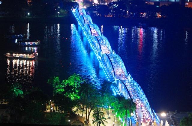 Vận hành hệ thống đèn chiếu sáng nghệ thuật mới trên cầu Trường Tiền