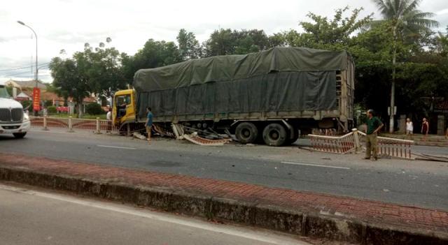 Lái xe ô tô tải lao vào dải phân cách