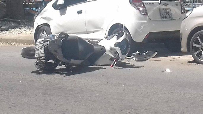 Đi SH vượt ẩu tông thẳng vào ô tô đậu bên đường
