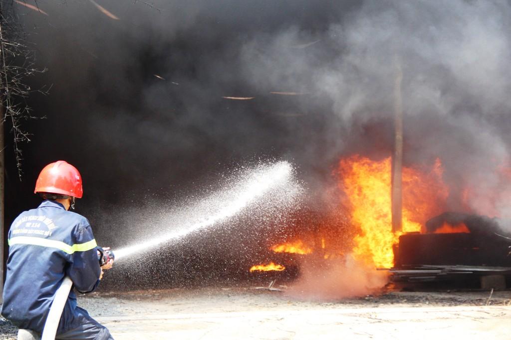 Hỏa hoạn lớn thiêu rụi xưởng sản xuất ghế