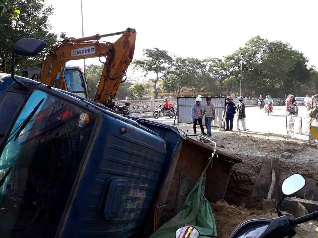 Xe ô tô tải sụp hố công trường, 2 người đi cấp cứu