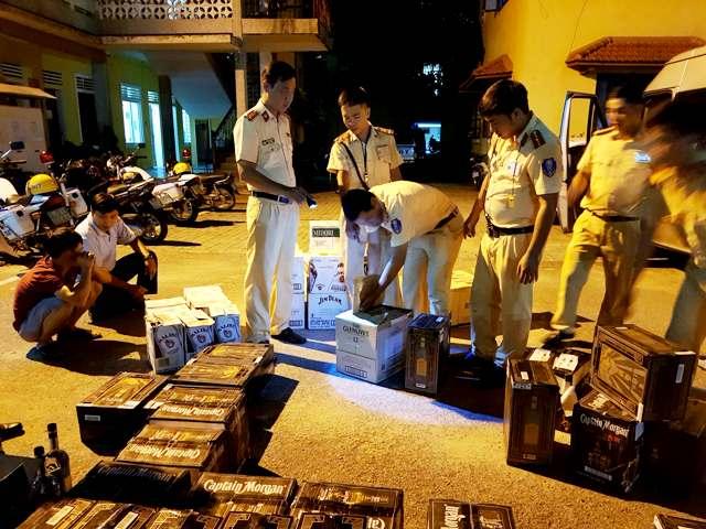 Xử lý nghiêm lái xe chợ rượu lậu chống trả lực lượng cảnh sát giao thông
