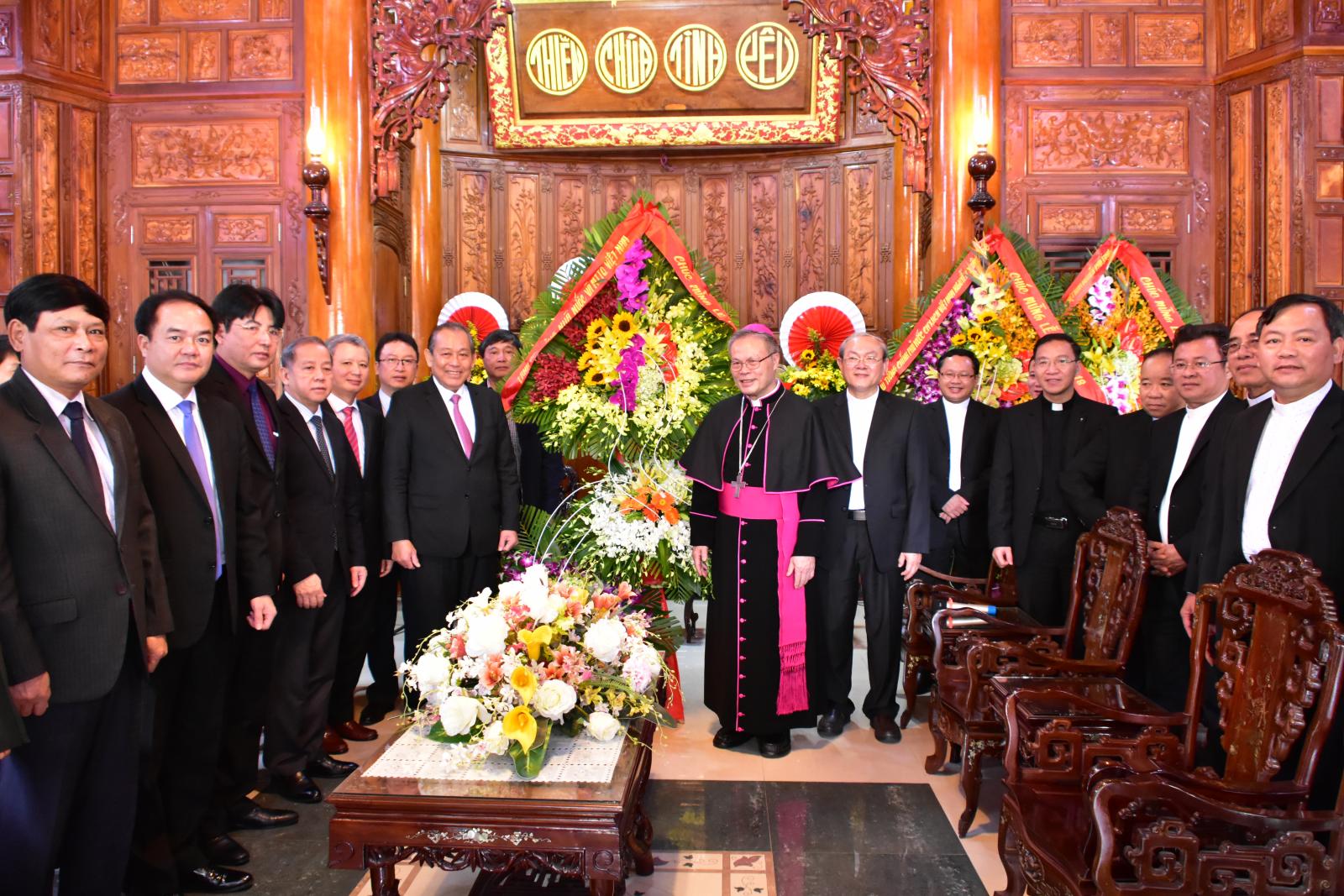 Phó Thủ tướng Thường trực Chính phủ Trương Hòa Bình chúc mừng Giáng sinh tại Huế