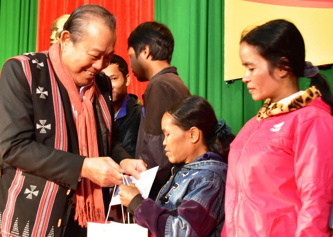 Phó Thủ tướng Thường trực Chính phủ Trương Hòa Bình thăm, tặng quà Tết cho đồng bào A Lưới
