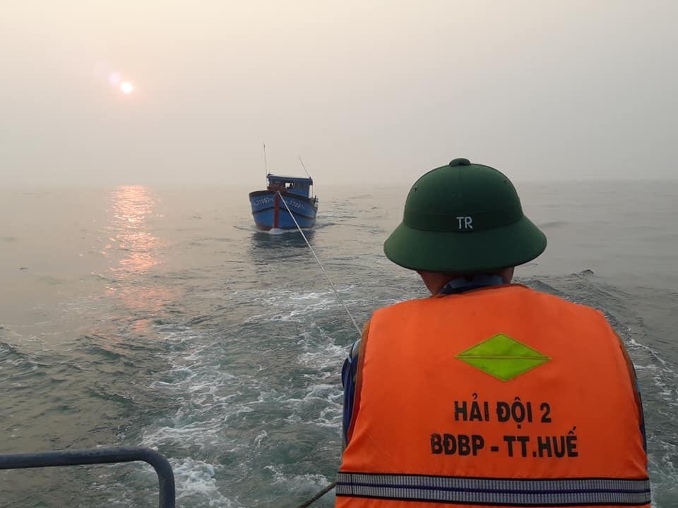 Cứu tàu bị thủng thủy trôi dạt trên biển