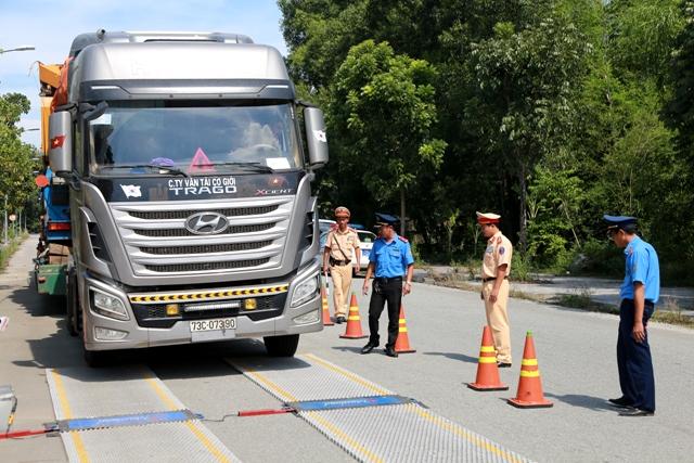 Phạt 111 triệu đồng đối với tài xế ô tô chở quá tải