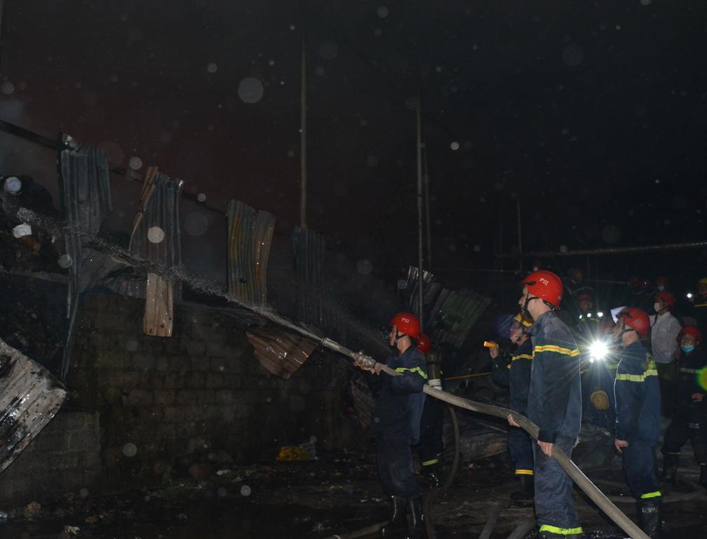 Điều tra nguyên nhân vụ cháy cơ sở sản xuất giấy ở Thủy Phương