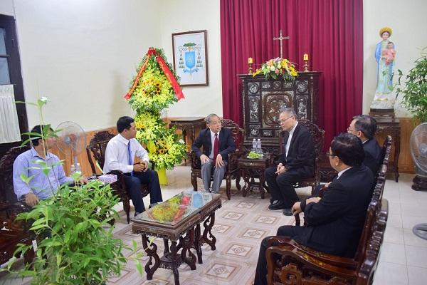 Chủ tịch UBND tỉnh Phan Ngọc Thọ chúc mừng Tổng Giám mục Tổng Giáo phận Huế