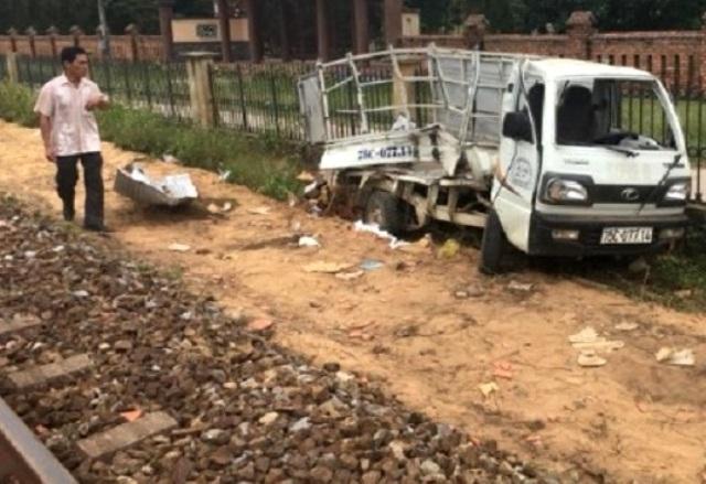 Va chạm giữa ô tô tải và tàu hỏa, 2 người bị thương