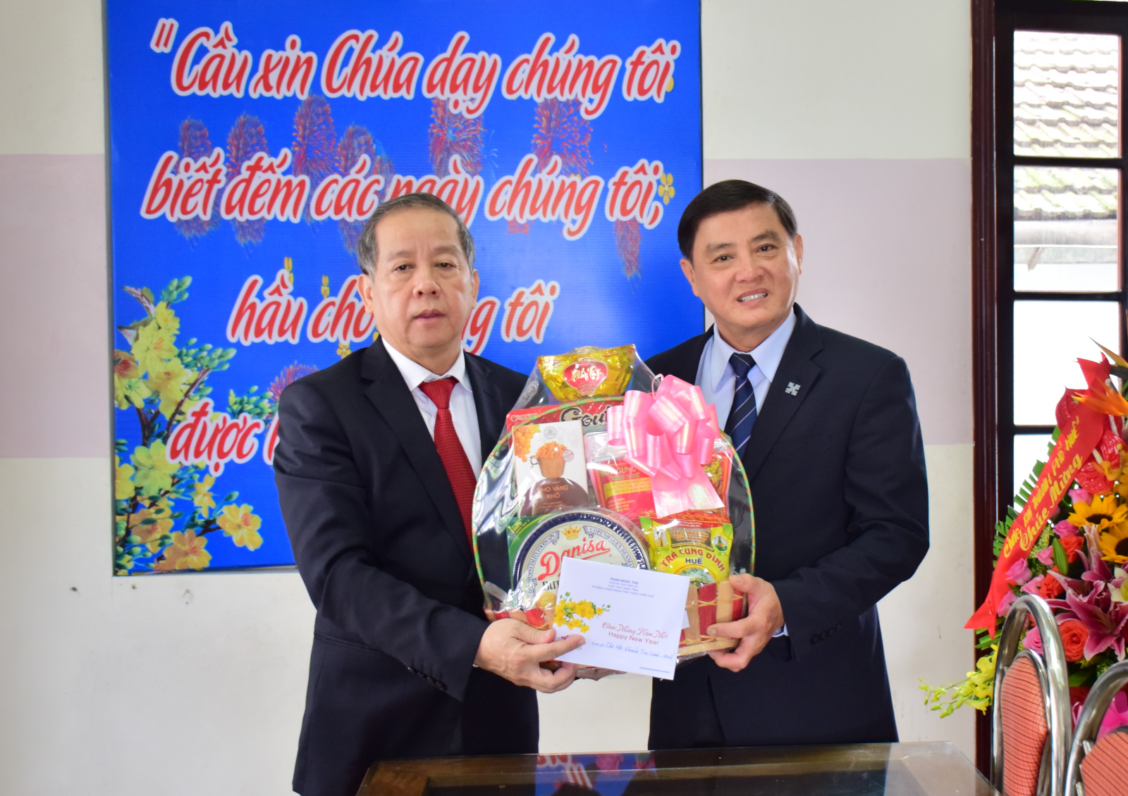 Chủ tịch UBND tỉnh Phan Ngọc Thọ thăm, chúc tết các cơ sở tôn giáo