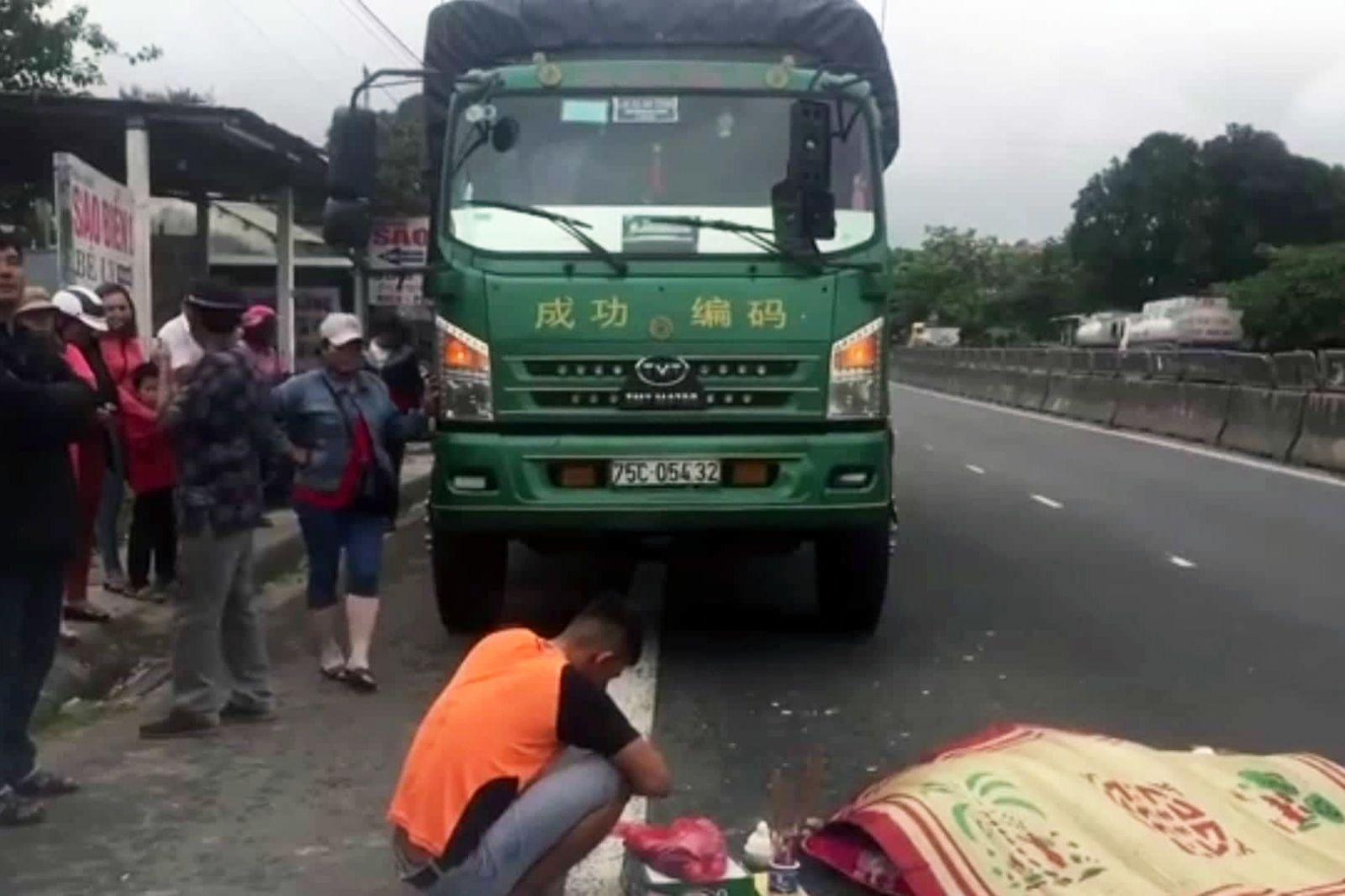 TT-Huế: Vừa từ cabin xuống, tài xế xe tải bị xe khách đâm chết thảm