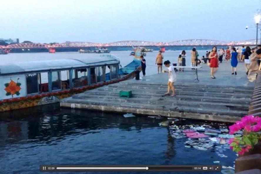 Phạt những người rải vàng mã xuống sông Hương gần 4 triệu đồng