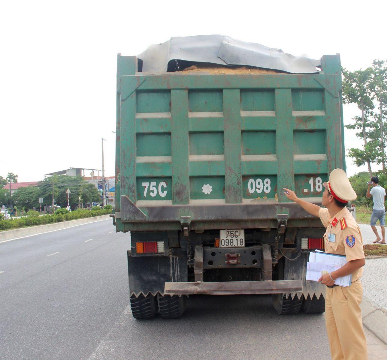 Mạnh tay với xe chở vật liệu rơi vãi trên đường