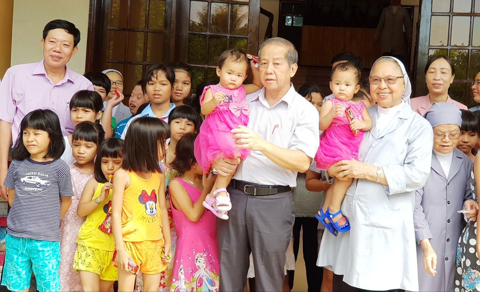 Chủ tịch UBND tỉnh Phan Ngọc Thọ thăm, tặng quà Trung thu tại các Trung tâm Bảo trợ xã hội