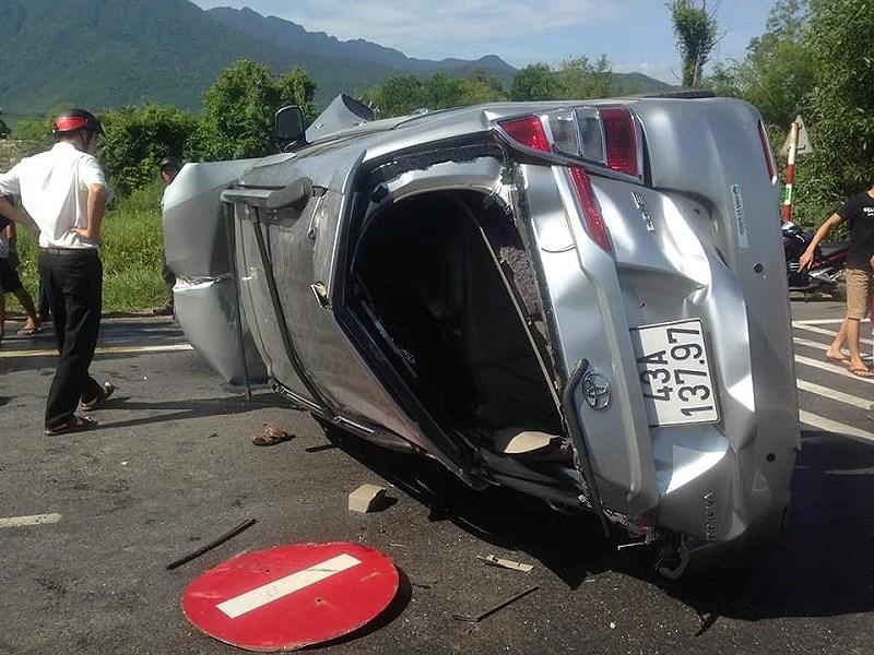 Thừa Thiên Huế: Ô tô đâm dải phân cách, nhiều người bị thương