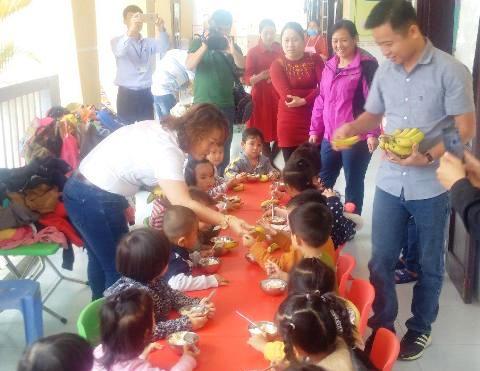 4.400 trẻ em ở A Lưới được tặng chuối già lùn cải thiện chế độ dinh dưỡng
