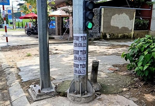 Thêm một cá nhân dán quảng cáo trái phép trên cột đèn bị phạt 12 triệu đồng