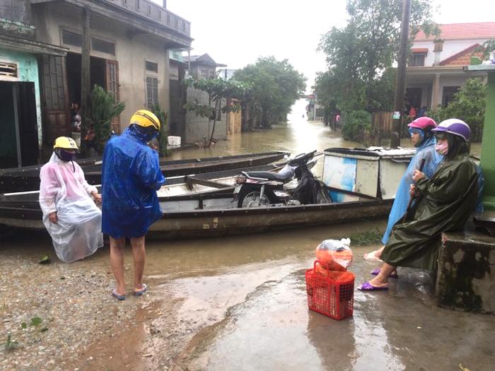 Nhiều nơi còn ngập, người dân khắc phục hậu quả sau mưa lũ