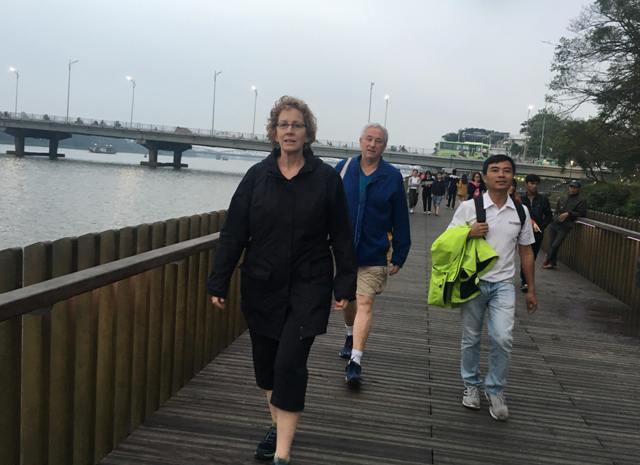 Các thanh đồng trên cầu đi bộ sông Hương sẽ trở về màu nguyên thủy theo thời gian
