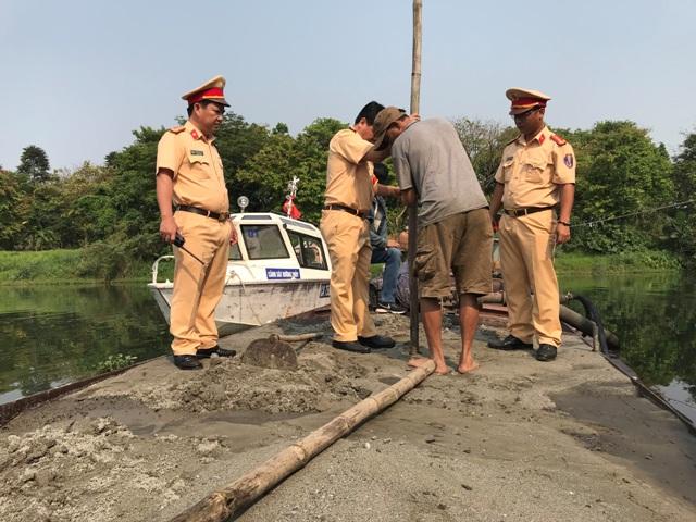 Bắt giữ thuyền khai thác cát trái phép trên thượng nguồn sông Hương