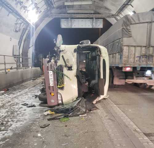 Lật xe khách trong hầm Hải Vân, 5 người bị thương