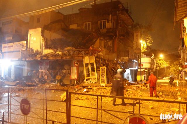 Tiệm bánh 2 tầng bất ngờ đổ sập trong đêm, 2 người thoát chết