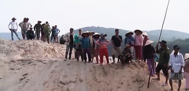 Bỏ việc đồng áng, người dân 'vây' mỏ cát đòi bình yên cho sông Bồ