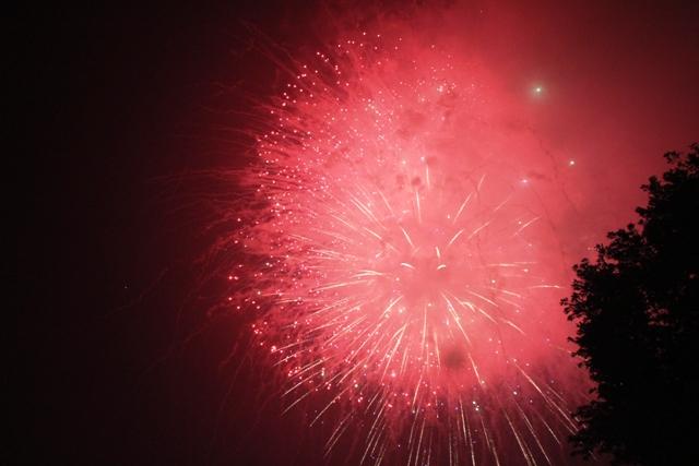 Hàng ngàn người dân thưởng thức pháo hoa chào năm mới