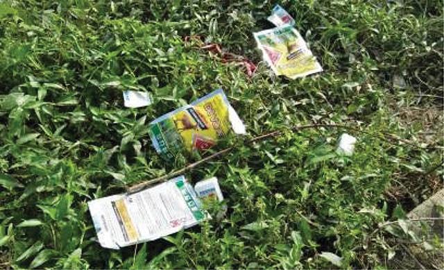 Rác thải độc hại tràn lan trên đồng ruộng