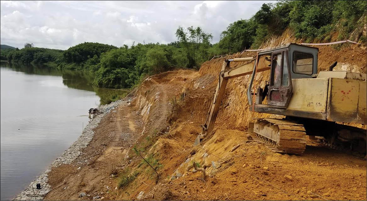 Chống sạt lở tại Hương Thọ: Gấp rút trước mùa mưa bão