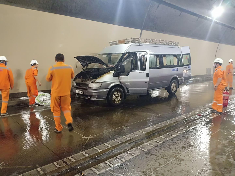 Xe cháy trong hầm Hải Vân có thể do chập điện