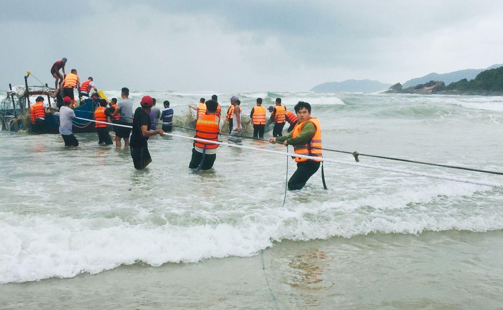 Thừa Thiên Huế:  2 ngư dân đi trên ghe bị sóng biển đánh chìm