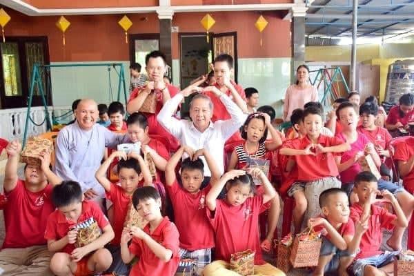 Chủ tịch tỉnh chơi đùa cùng các em nhỏ khuyết tật khiến dân mạng xúc động