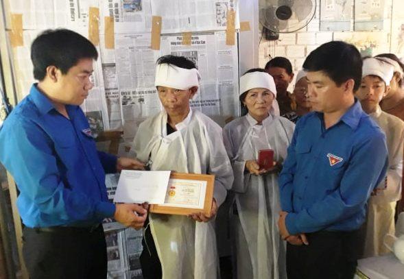 """Tỉnh Đoàn Quảng Nam tặng bằng khen """"Thanh niên sống đẹp"""" cho Ngô Hà Sinh"""