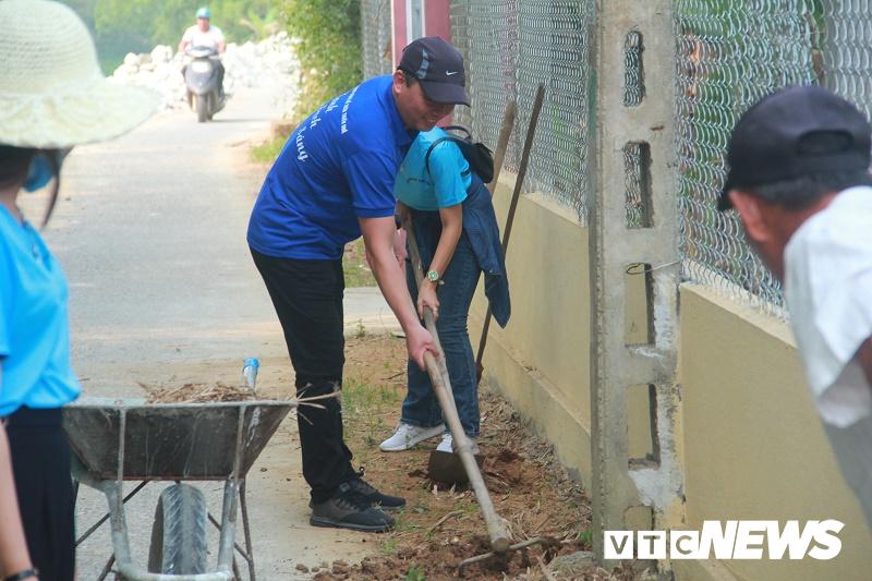 Phó Chủ tịch tỉnh Thừa Thiên - Huế cùng phóng viên trẻ cuốc đất trồng hoa làm đẹp đường phố