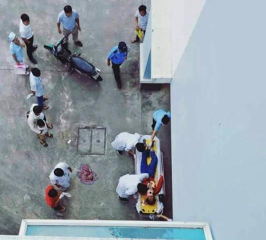Rơi từ tầng lầu bệnh viện, một phụ nữ nguy kịch