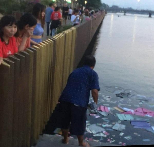 Phạt hành chính người cúng bái, rải vàng mã tại khu vực cầu đi bộ sông Hương