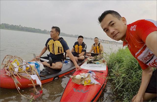 Chèo thuyền thể thao vớt rác trên sông Hương