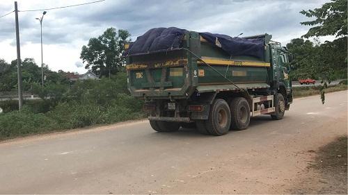 Xe quá tải từ mỏ đất gây ô nhiễm môi trường