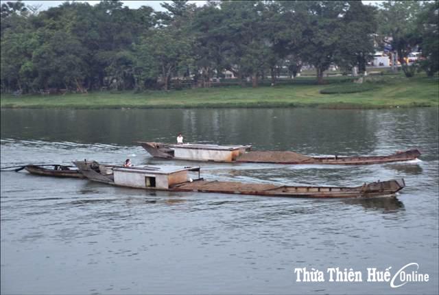 Xử phạt vi phạm hành chính một trường hợp khai thác cát trái phép ở thượng nguồn sông Hương