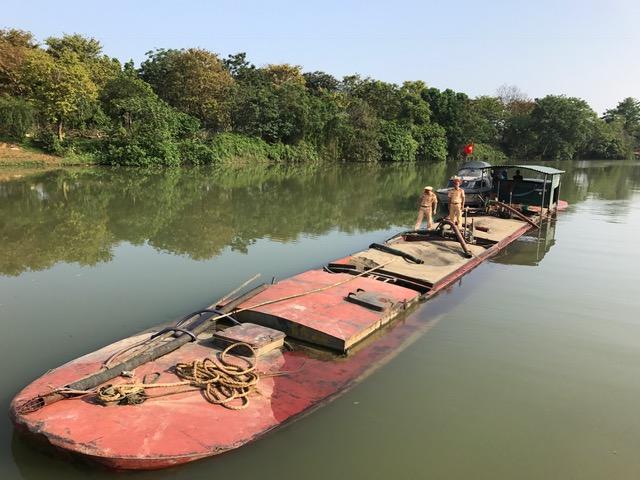 Bắt nhiều phương tiện khai thác, vận chuyển cát trái phép trên sông Hương