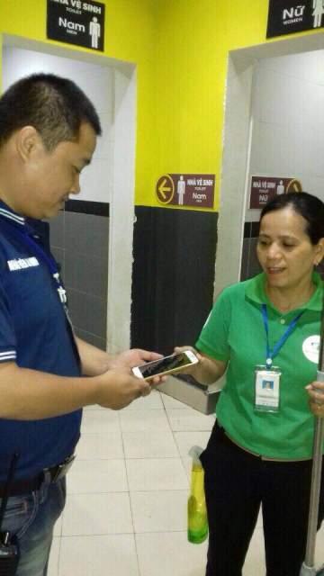 Nhân viên vệ sinh Big C trả lại điện thoại cho khách bỏ quên