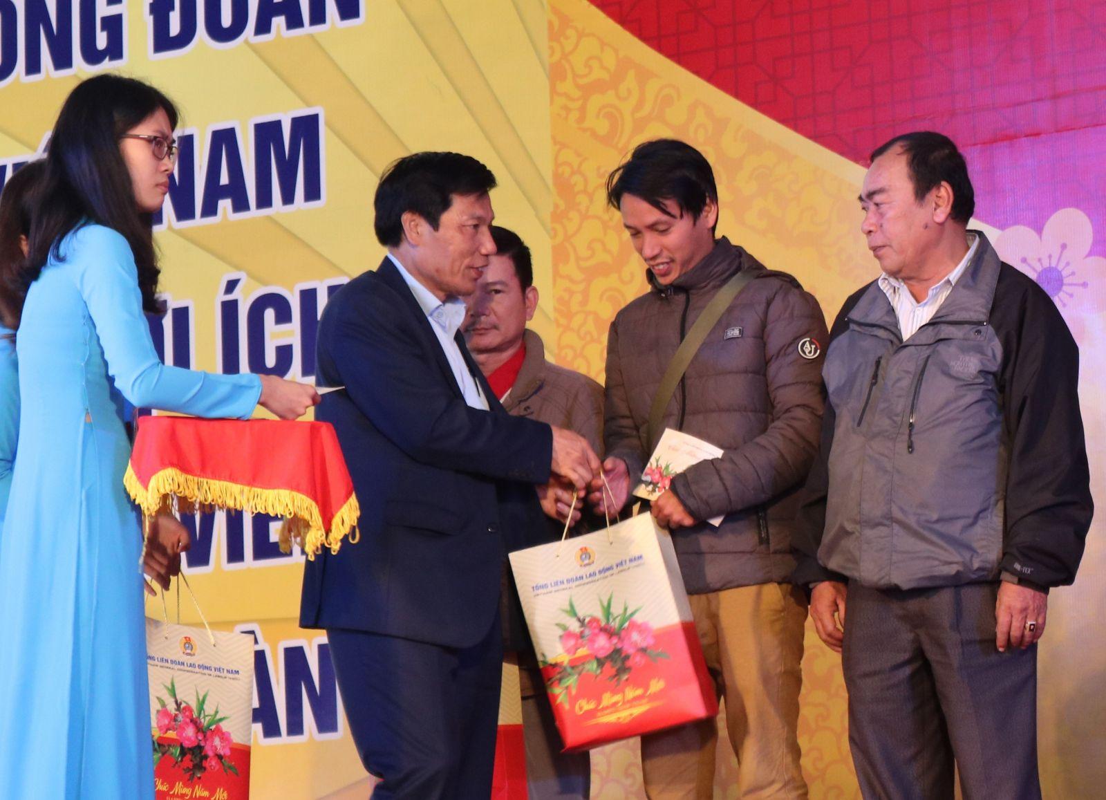 Bộ trưởng Nguyễn Ngọc Thiện thăm và tặng quà người lao động