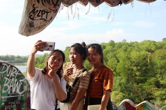 Hồ Thủy Tiên cuốn hút du khách nước ngoài